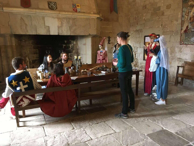 Vous êtes bloggeurs  et  vous  aimez les  surprises  et les photographies amusantes .  Pensez  à venir à  Montaigut  pour découvrir  un   château  entièrement meublé .  N'hésitez pas à vous costumer pour réussir vos clichés.
