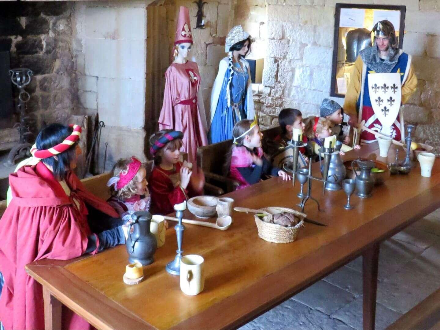 Vos enfants  aiment   se costumer  et  sont  fans des princesses et des chevaliers. Vous  pourrez partager en famille un jeu  adapté aux jeunes enfants  tout en visitant le château.